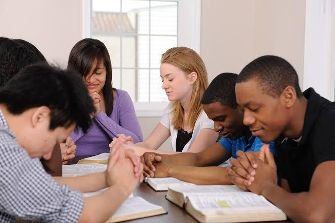 adolescentes orando