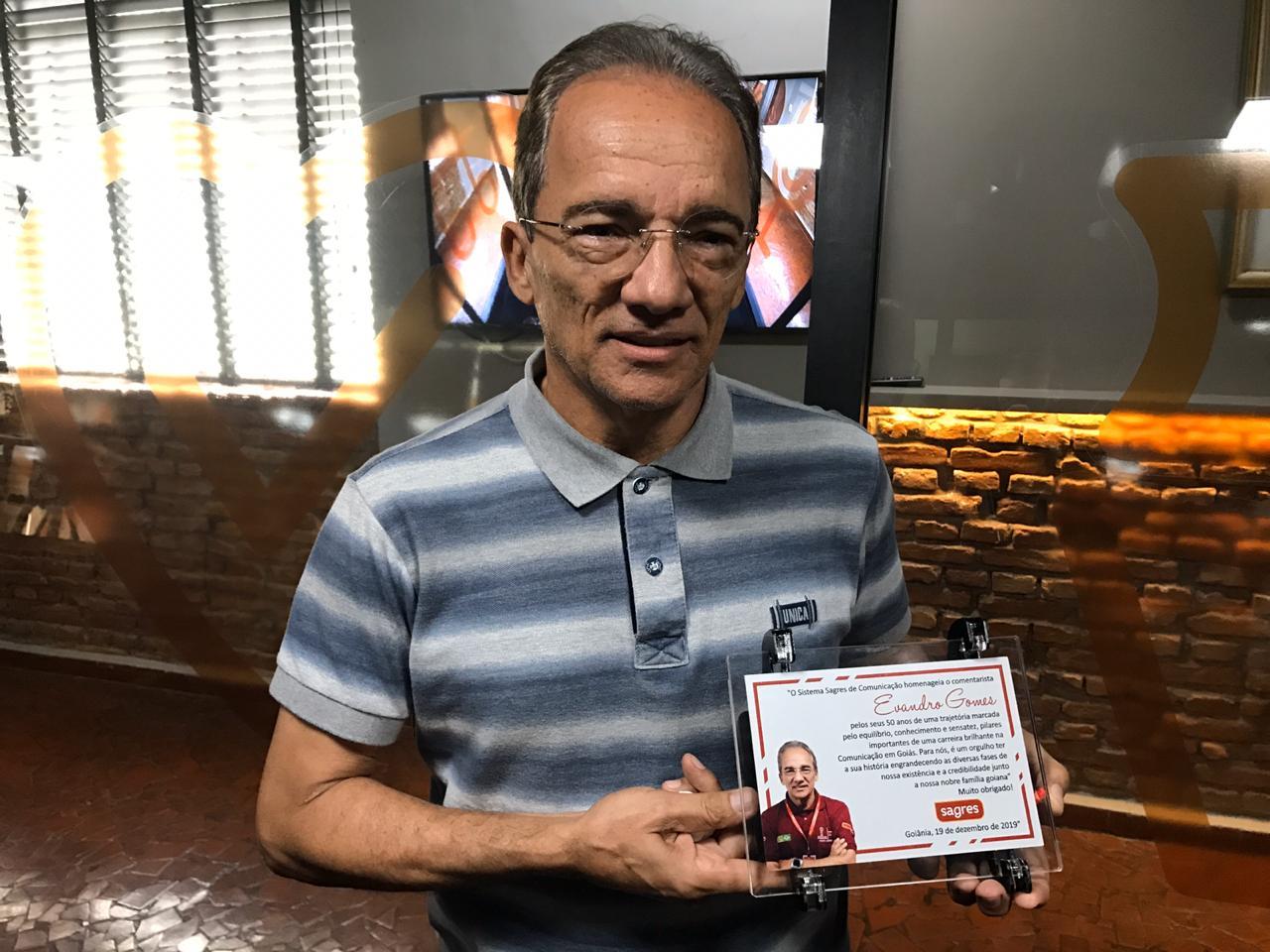 Lágrimas e reconhecimento: Evandro Gomes recebe homenagem da ...