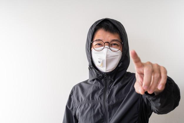 homem asiatico usando mascara